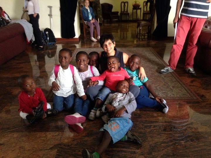 I bimbi di ENZO B dal Congo con Elisa Nelva, che si è presa cura di loro